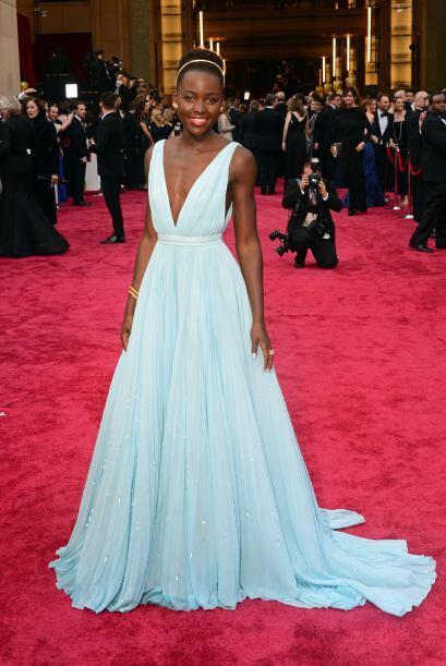 El vestido tenía un lindo escote delantero y también un tr...