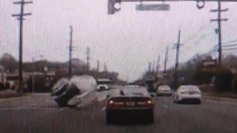 Captado en cámara: distraído conductor sufre aparatoso accidente en Nuev...