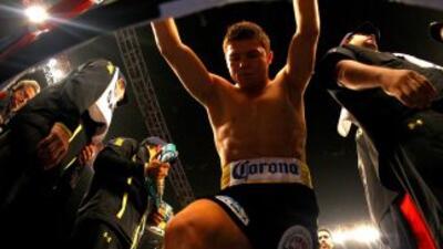 Saúl 'Canelo' Álvarez recibió el primer golpe de la pelea.