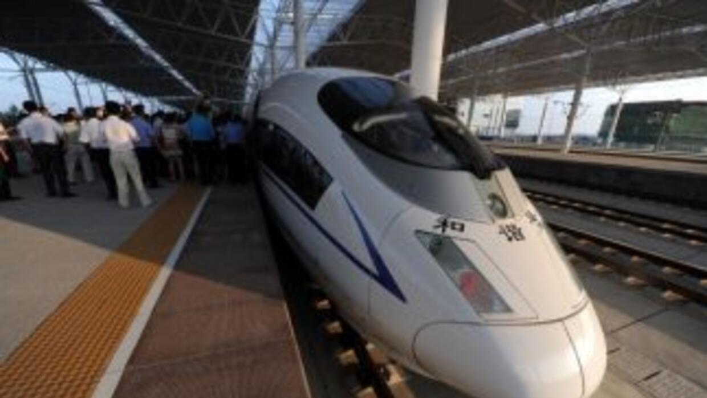 Un tren de alta velocidad se detiene en la estación Bengbu, al este de C...