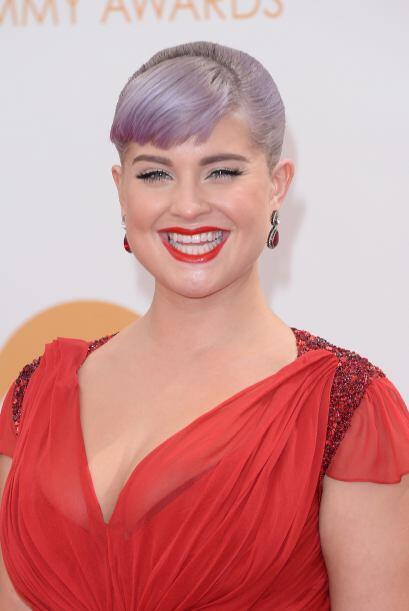 Kelly Osbourne, parece disfrutar el tono violeta de su cabello.