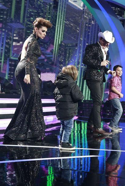 En otro momento, Mateo se puso a bailar con su mami.