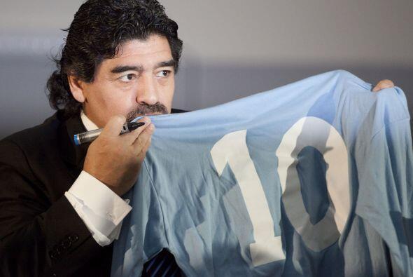Maradona uno de los mejores futbolistas del mundo, pero nunca pudo levan...