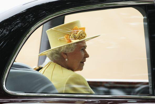 De lo mas comentado fue el sombrero clásico que usó la reina Isabel II,...