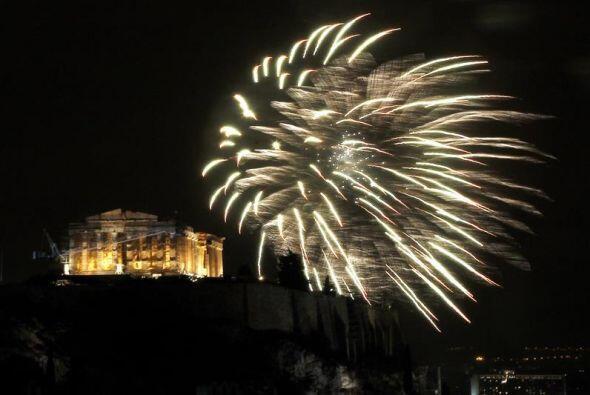 Fuegos artificiales iluminaron el cielo arriba del templo Partenón en la...