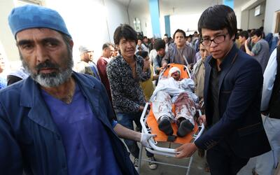 Uno de los heridos que trasladado a un hospital en Kabul tras el ataque...