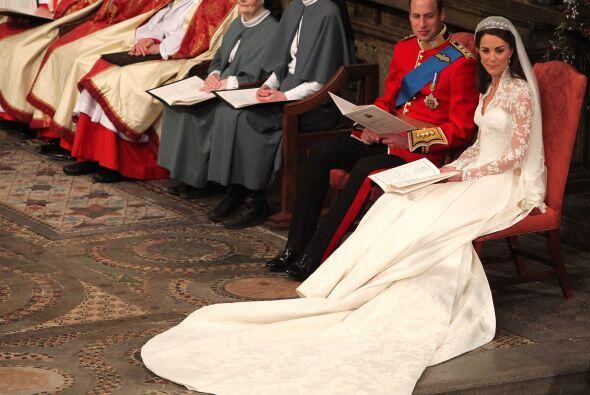 Los novios escuchaban atentos el sermón.