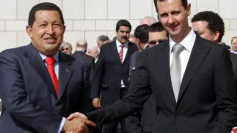 El presidente sirio Bashar al-Assad y Hugo Chávez en Damasco este 21 de...