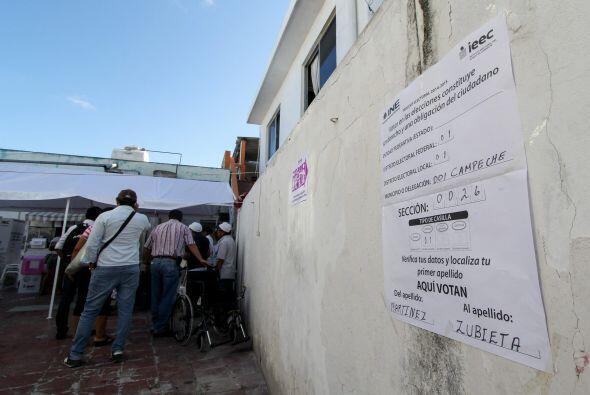 Con largas filas de votantes y retrasos en la instalación de casillas, s...