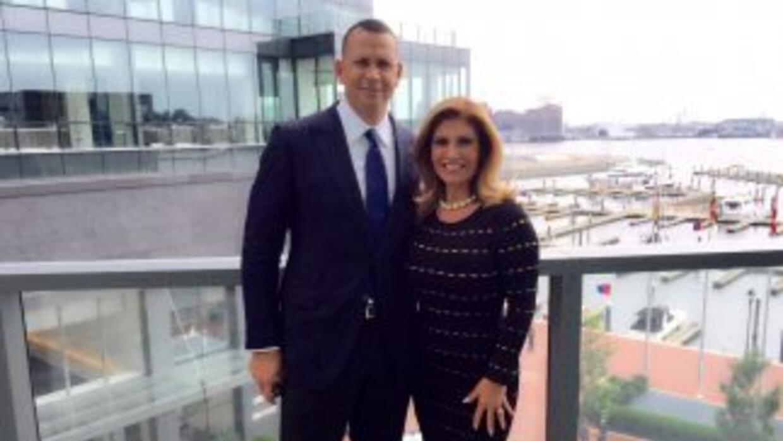El pelotero de los New York Yankees junto a Teresa Rodríguez luego de su...