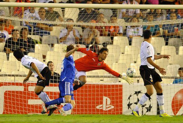 Pero el arquero Diego Alves evitó diversos tiros que iban a gol y...