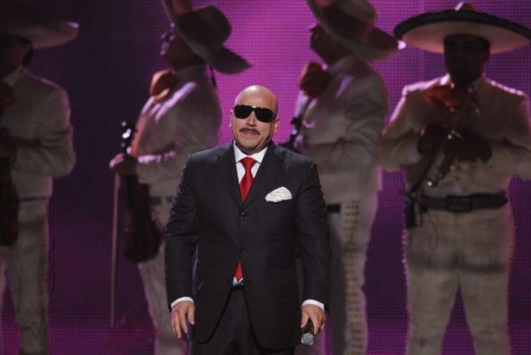 Al terminar la canción, Lupillo hizo un gesto de agradecimiento y se mar...