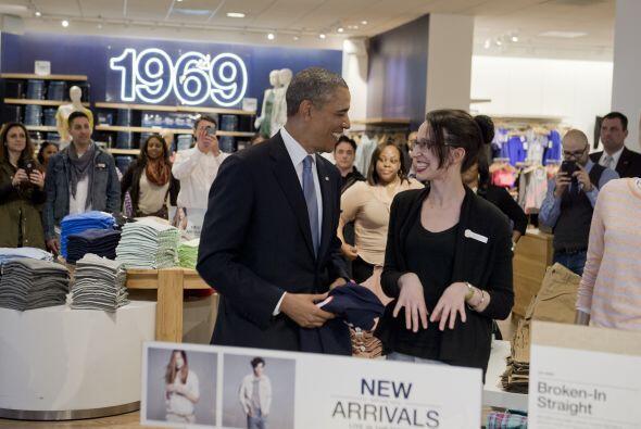 A pesar de que la empleada le sugirió varios con cuello en pico, Obama p...