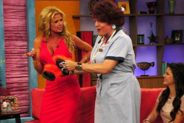 Doña Meche llegó a saludar y sorprendió a Sissi con unas chancletas.