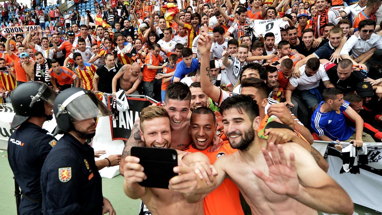 Los jugadores del Valencia celebran con una selfie.