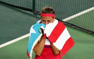 Mónica Puig llora envuelta en la bandera de Puerto Rico al obtene...