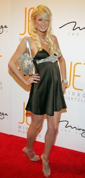 A Paris Hilton le encanta contrastar el destello de la tela satinada de...