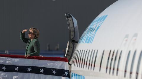 La candidata demócrata Hillary Clinton en su avión de campaña en el Aero...