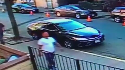 Ocho hombres rodearon y golpearon a un hispano en plena calle, frente al...