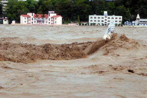 Unas 73 mil personas han quedado atrapadas en el valle de Kedarnath y ot...