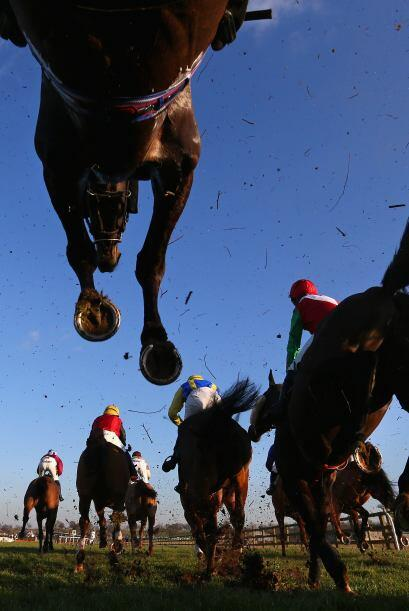 Bangor, Gales - 06 de febrero: Caballos y jinetes saltan una valla duran...