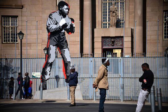 Esta estatua de Mandela se encuentra en el centro de Johannesburgo.