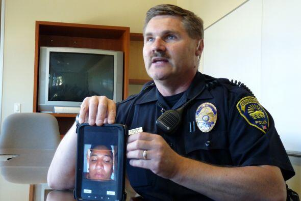 El oficial Rob Halverson de la Policía de Chula Vista muestra com...
