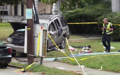 Camioneta atropella a 3 niños que se encontraban en una parada de autobu...