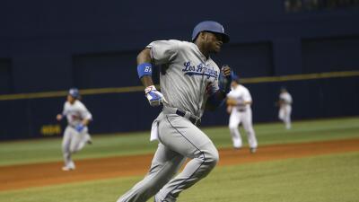 El primera base Howie Kendrick pegó sencillo remolcador de la carrera d...