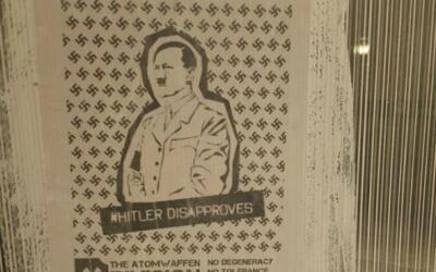 Carteles con la imagen de Adolf Hitler son encontrados en Chicago Univer...