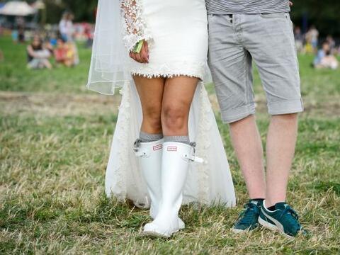 Esta pareja de jóvenes decidió organizar su enlace con la...