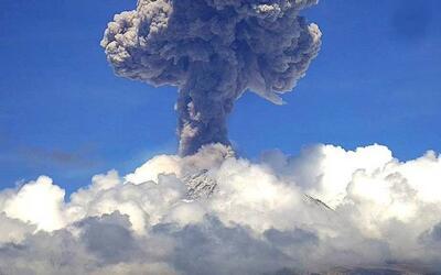 Popocatépetl emite fumarola de más de 6,500 pies de altura