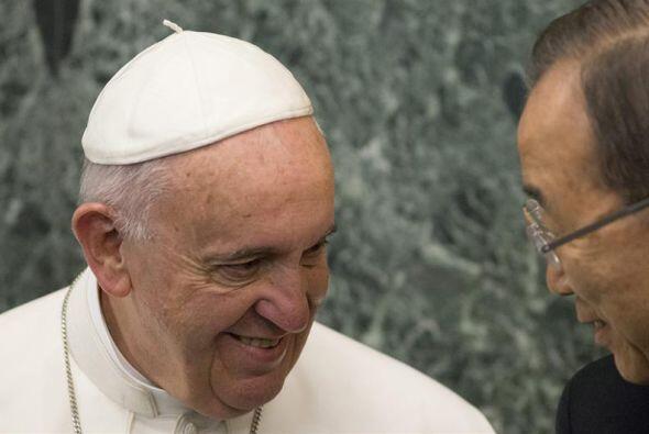 El papa Francisco conversando con el secretario general de la ONU, Ban K...