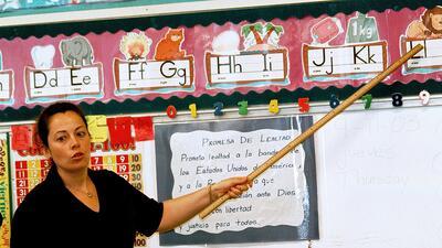 Una maestra enseña español en la escuela elemental Birdwell en Texas.