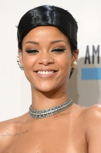 Se nota que Rihanna sigue cada uno de los 'tips' sobre maquillaje invern...