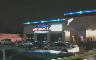 Policía dispara contra hombre armado afuera de un restaurante en Berry S...