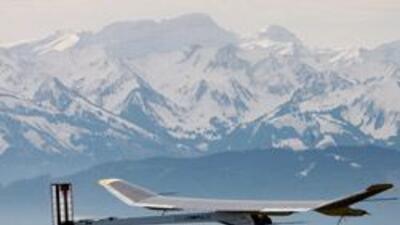 El avión Solar Impulse realizó con éxito su primer vuelo 4dd9fed53de9416...
