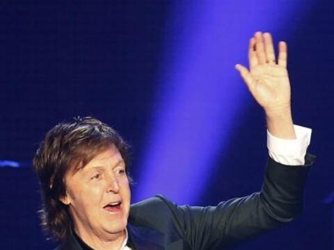 El músico británico Paul McCartney  se presenta durante su concierto en...