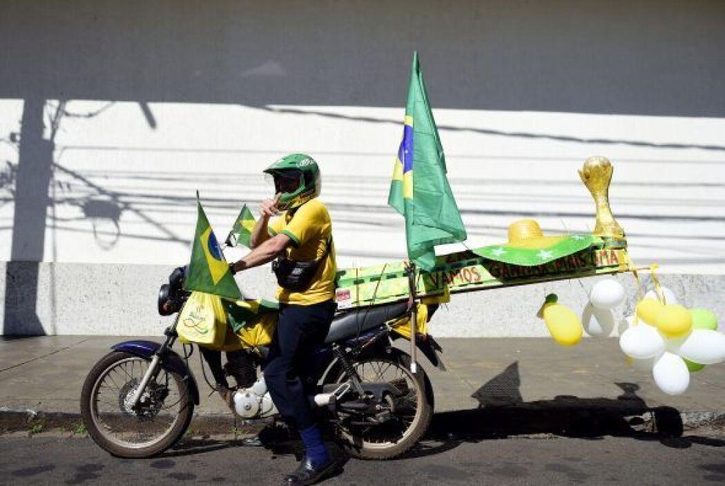 Un aficionado brasileño monta su motocicleta a tr por la calle Ribeirao...