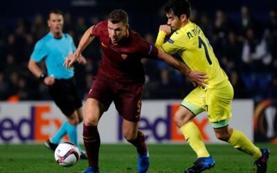 Edin Dzeko celebra uno de sus goles ante el Villarreal.
