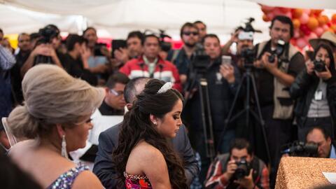 La joven Rubí Ibarra acompañada de sus padres ante decenas...