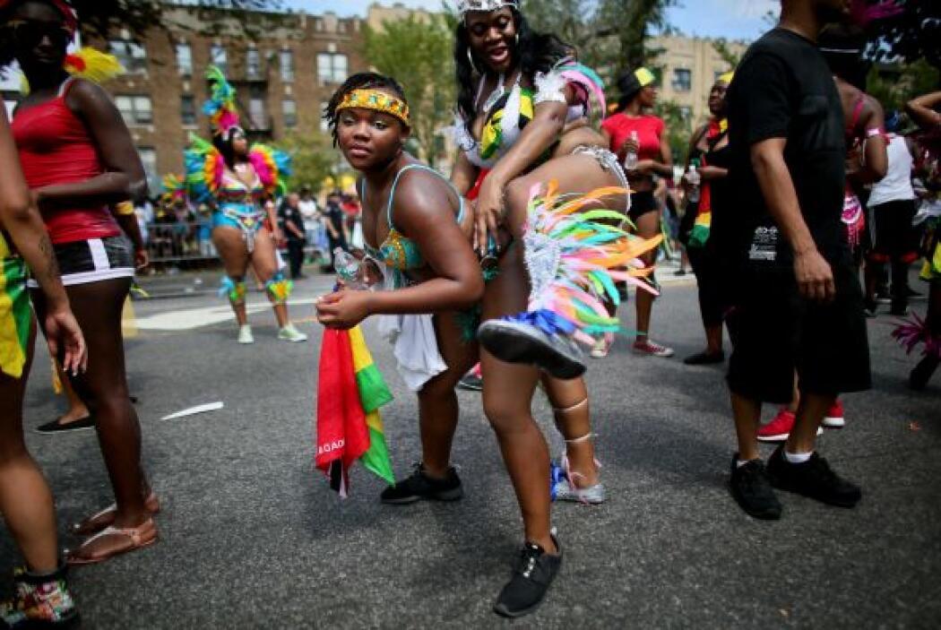 El carnaval serpentea a través de los barrios más diversos de la ciudad...