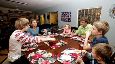 La familia Armstrong (de izq. a der. Jo, la madre Julie, Skylar, Amelia,...