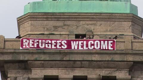 """""""Bienvenidos refugiados"""", el mensaje puesto en la Estatua de la Libertad..."""