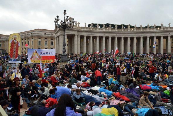 Y se agolpan en Via de la Conciliazione, la avenida que une Roma con la...