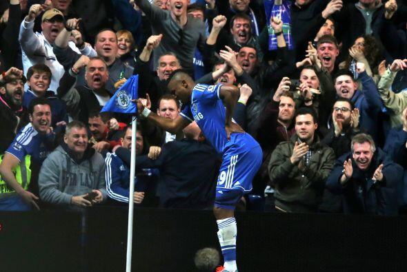 La afición celebrando con Samuel Eto'o del Chelsea en el partido ante el...