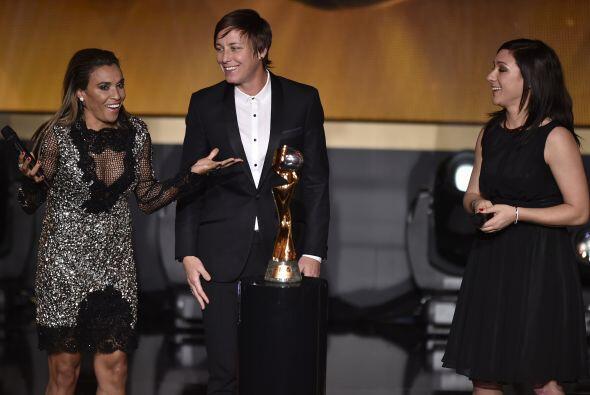 Las nominadas al Balón de Oro femenil del 2014 posaron con la Copa Mundi...
