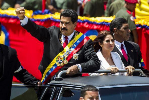 Maduro, que llegó a la tribuna principal saludando en un vehículo descap...