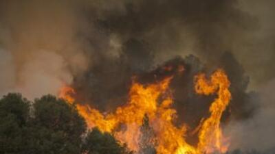 Un bombero junto a las llamas del incendio Butte, cerca de San Andreas,...