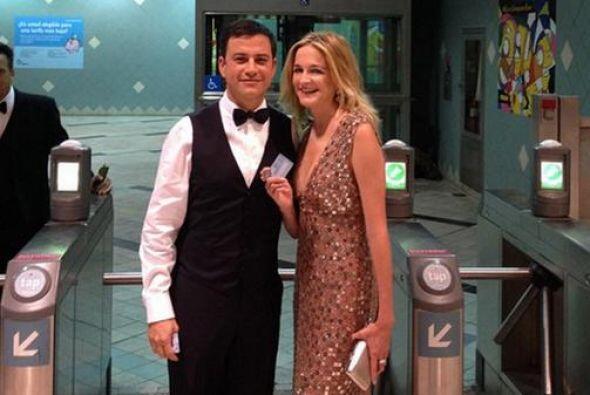El humorista y nominado, Jimmy Kimmel llegó en metro a la ceremonia de l...